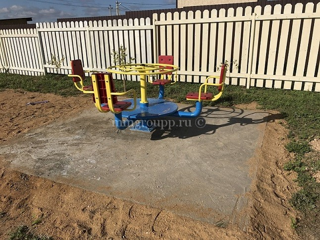 Новая карусель на детской площадке